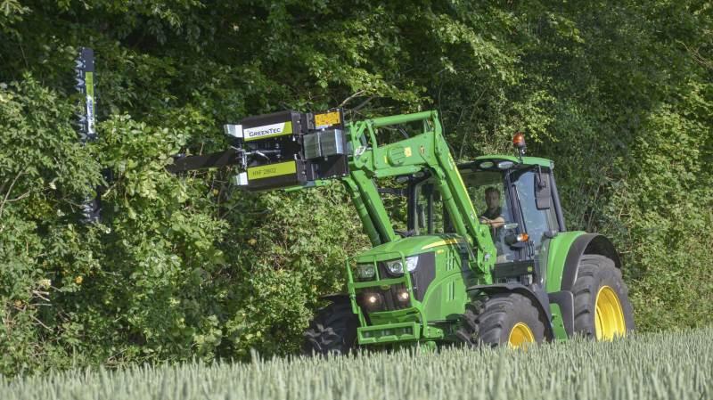 Greentec Redskabsramme HXF 2802 er en hegnsklipper beregnet til en frontlæsser, en stor minilæsser eller lignende.