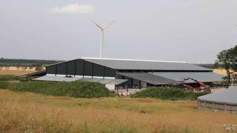 Den nye stald er en Agrifarm konceptstald med naturlig ventilation. Stalden er 100 meter lang.