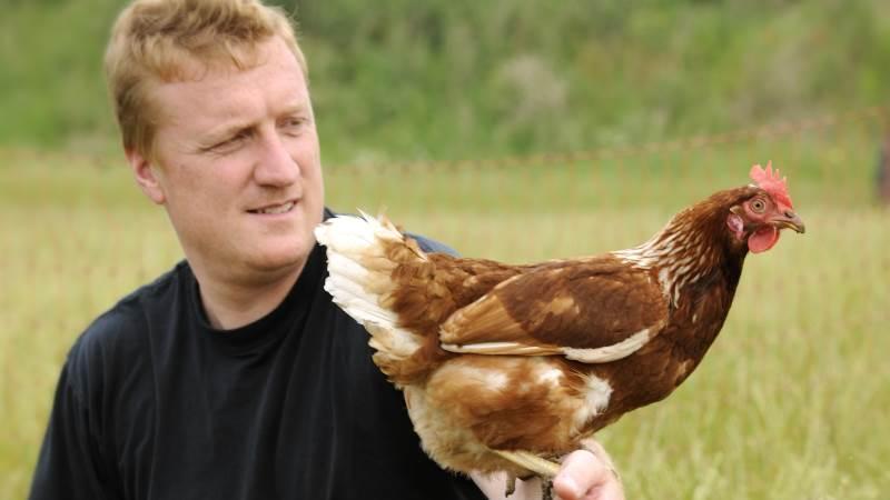 - Når forbrugerne efterspørger bæredygtige fødevarer, er det vores opgave at imødekomme efterspørgslen, siger Paul Erik Jacobsen, der har 1.800 brune Lohmann-høns gående frit.