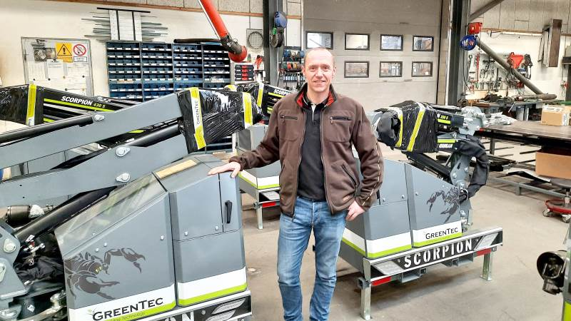 Kim Brodersen, ansvarlig for salg og marketing i Greentec, ses her i produktionshallen i Kolding sammen med de populære Scorpion-hegnsklippere. Arkivfoto: John Ankersen