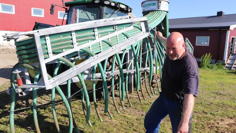 Arild Johansen har netop spredt gylle på nogle af gårdens 75 hektar, som alle er med græs og græsmarker. Fotos: Jørgen P. Jensen