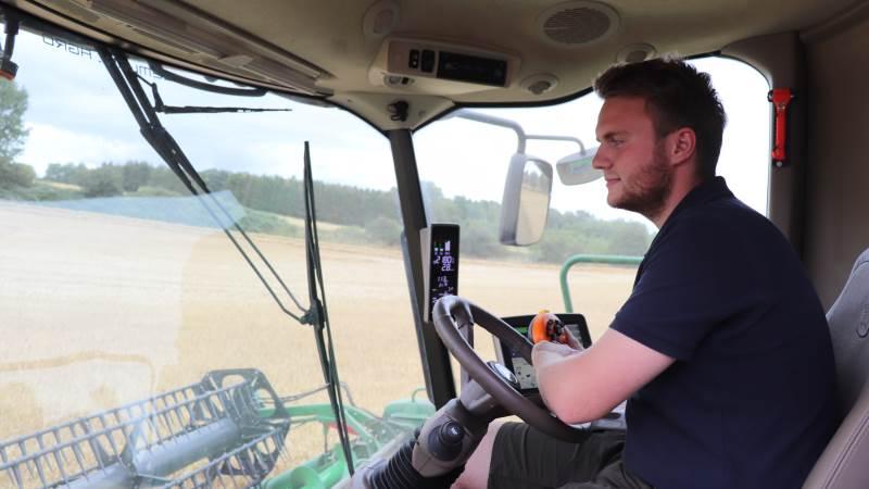 Traktormand på Gavnø, Christoffer Eriksen, har været ansat tre år og trives rigtig godt sammen med de i alt 50 medarbejdere på Gavnø Slot.