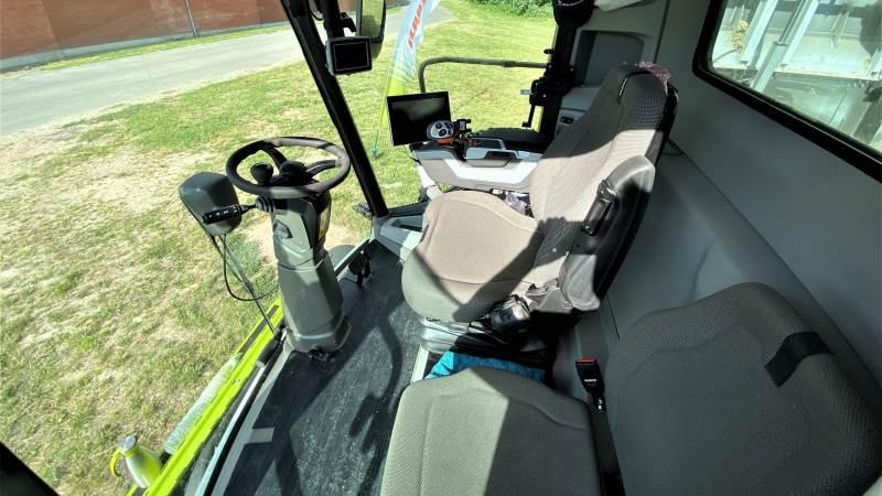 Trion-serien leveres med en ny kabine, der i forhold til Tucano-modeller har mere benplads og højde. Kabinen er udstyret med et lædersæde, som kan drejes 30 grader til begge sider for optimal arbejdsposition. Derudover leveres kabinen med fodstøtter, større for- og sideruder med smallere A-søjler, der giver et godt udsyn. 12-tommer Cebis-terminal med HD-skærm, som sikrer god læsbarhed under alle lysforhold. Foto: Per Jørgensen
