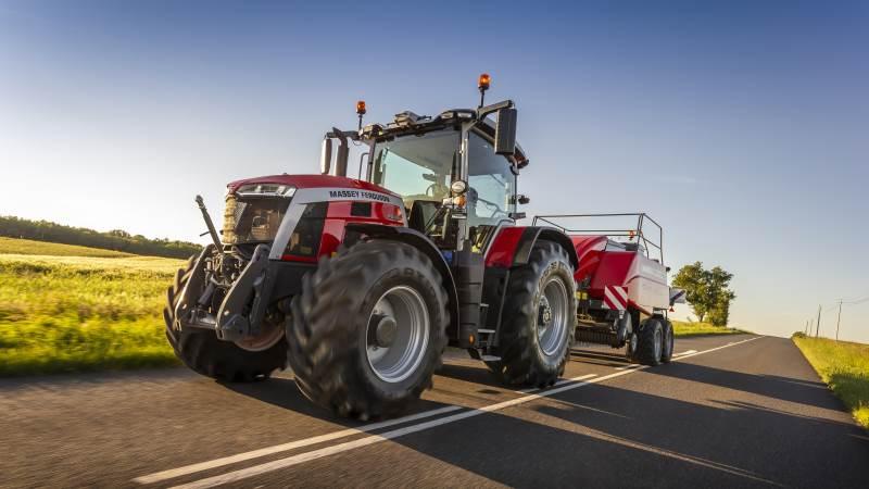 Udover MF 6S- og MF 7S-traktorserierne har Massey Ferguson også lanceret to nye modelbetegnelser i flagskibsserien MF 8S. Den nye topmodel i MF 8S-serien får modelbetegnelsen MF 8S.305 (305 hk) og den anden nye traktor i serien får modelbetegnelsen MF 8S.285 (285), der begge leveres med en sekscylindret 7,4 liters Agro-Power motor.
