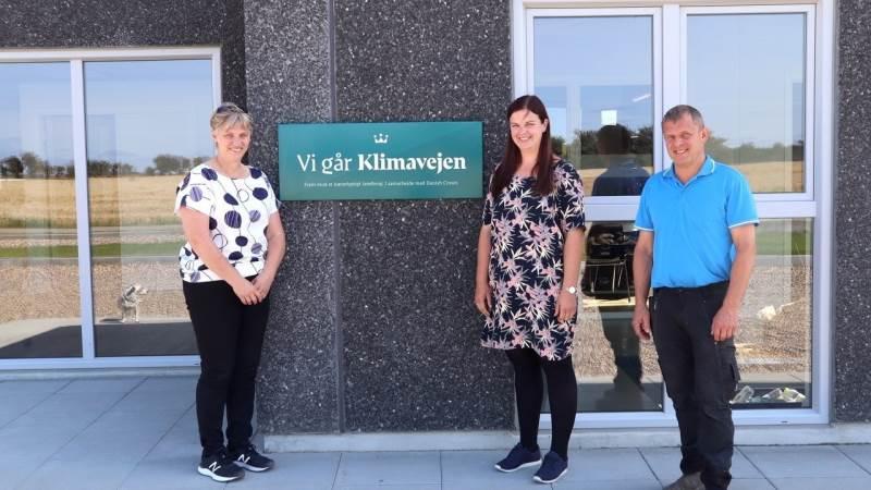 Fra venstre er det Dorthe Krogsgaard, den nye driftscontroller Elsebeth Mathiesen og Asger Krogsgaard, Mogensgård vest for Ringkøbing.