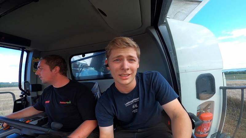 Mikkel Smedegaard gør klar til at overtage styringen i LEXION 8700-mejetærskeren, som er på demo i dagens anledning. Foto: Mikkel Smedegaard