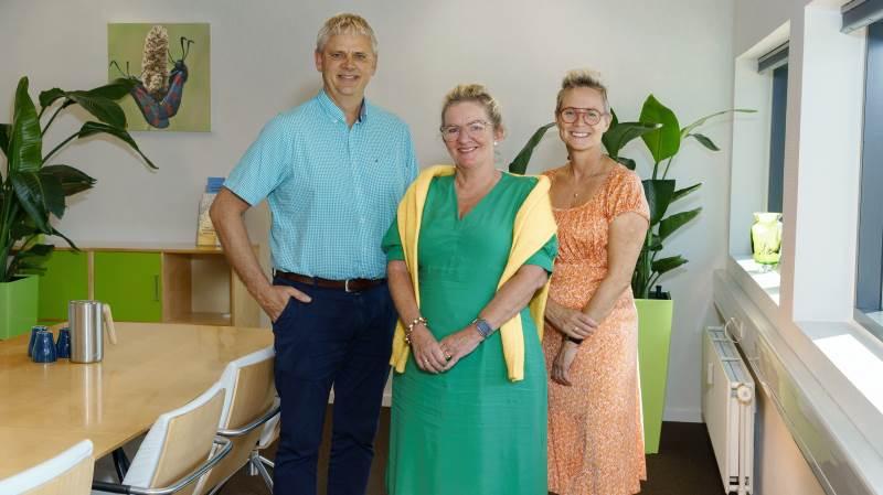 Tidligere stifter af NordLand Revision, Inge Møller Ernst (i midten), er ansat hos Støvring-virksomheden Stepto. Her ses hun sammen med Lars Søgaard, som er indehaver og chefkonsulent ved Stepto, og Margrethe Brandt, som er indehaver og direktør i virksomheden.
