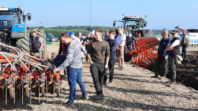 Der var mulighed for at studere maskinerne på nærmeste hold både før og efter testkørslen i marken.