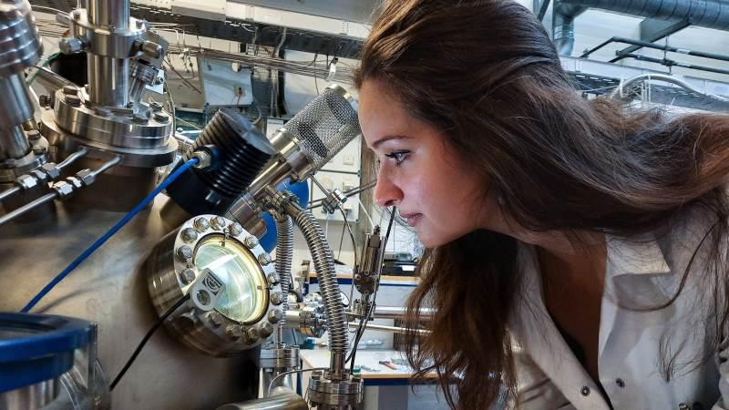 Suzanne Zamany Andersen, postdoc ved DTU, har gennem metoden elektrokemisk ammoniaksyntese fundet en måde at lave bæredygtigt ammoniak ved brug af vand, luft og elektricitet. Fotos: Victor Juul Grønbæk