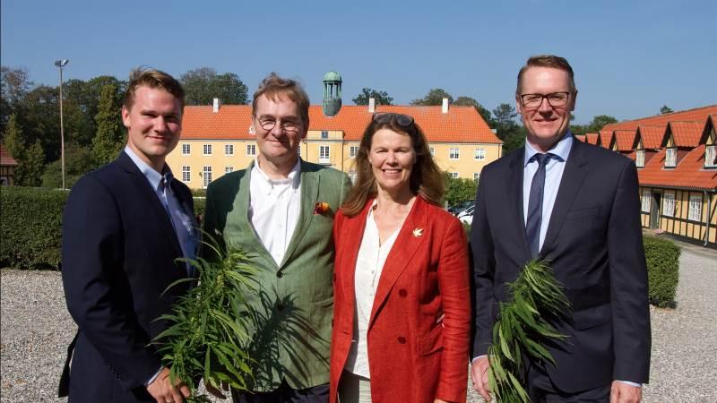 Fra venstre: Alexander Gamborg, Stig Gamborg og Anne Sophie Gamborg fra Møllerup Brands og Koncernchef i Danish Agro, Henning Haahr.