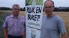Anders Ørts og Ejvind Hansen har opsat skilte ved alle markerne, så det er tydeligt hvor folk må plukke blomster. Fotos: Holstebro Struer Landboforening