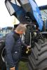 Svend Olesen orienterede om de ændringer, som har gjort den blå New Holland-traktor grøn. Foto: Jesper Hallgren