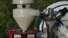 Dette udstyr til montering på en sprøjtebom for spredning af efterafgrøder før høst klarer sig bedst med de sædvanligvis ganske små udsædsmængder ned til 10 kg pr. hektar.